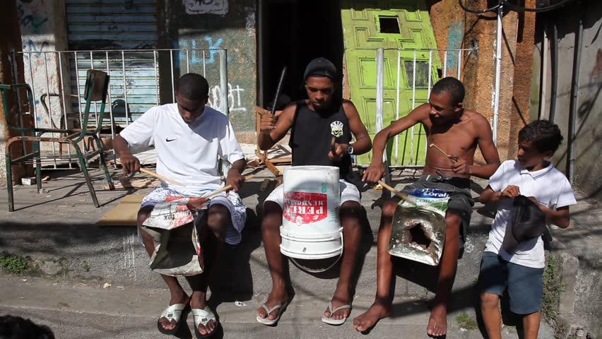 Беспризорники нападают на приезжих туристов в Рио, пытаясь украсть их телефоны и украшения