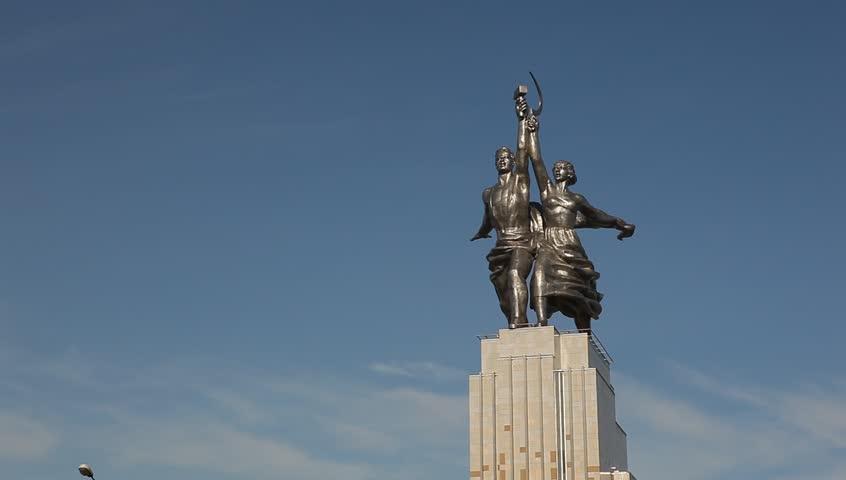 RUSSIA. MOSCOW. AUGUST 2011: Rabochiy i Kolkhoznitsa (Worker and Kolkhoz Woman) - HD stock video clip
