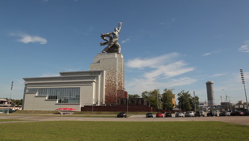 RUSSIA. MOSCOW. AUGUST 2011: Rabochiy i Kolkhoznitsa (Worker and Kolkhoz Woman) - HD stock footage clip